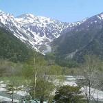 新緑と冠雪の山並み